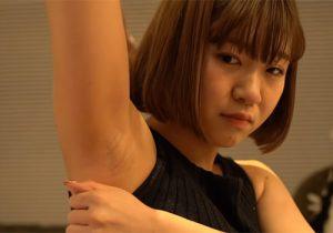 腋の下を撮られてると分かっていながらも恥ずかしそうに腋の下全開にしてくれる素人女子