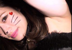 ハロウィンでイヤラシイコスプレしてワキを全開で撮影させてくれる素人娘