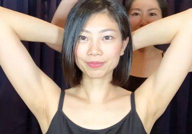 肩のマッサージで美人エステティシャンのワキの下が丸見えに!