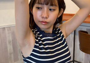 恥ずかしそうな素振りを見せずにしっかりと腋の下を丸出しにしてくれる巨乳な素人女子