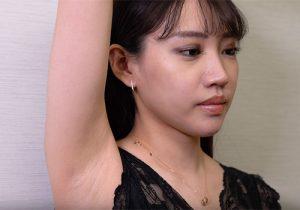 素人美女がカメラの前で脱毛前のリアルな腋の下を晒してくれる