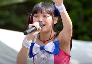 ライブでしっかりとパフォーマンスをこなしながらも腋を見せてくれるアイドルの松山あおい