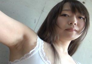 ワキの処理がだいぶ甘いのに堂々と腋の下を撮られる素人女子