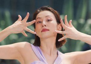 女優の米倉涼子がCMで妖艶でフェロモンムンムンなワキの下を丸出し