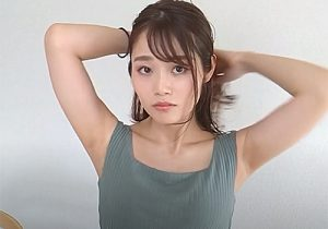 モデル女子がヘアアレンジ自撮り動画でイヤラシすぎるワキの下を堂々と披露