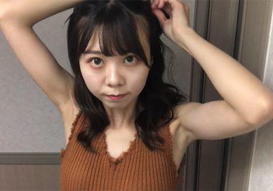素人女子が自撮りのヘアアレンジ動画で無加工の腋の下を見せまくり
