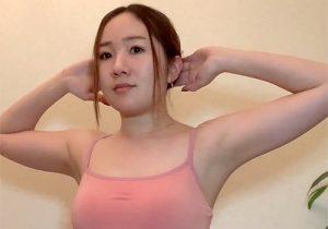 ヨガインストラクターの素人女子がストレッチ動画で盛大に脇の下丸出しに