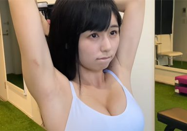 グラドルの栗田恵美がワキの下をカメラでガッツリ撮られながらの羞恥筋トレ