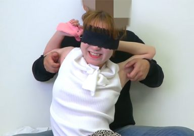 目隠しされたままワキの下をくすぐられてしまって必死に抵抗する素人娘