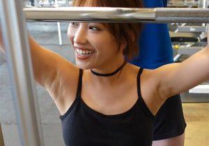 タレントの岡田サリオが筋トレでワキの下を隠すこともできず盛大に露出