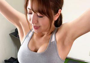 グラドルの奥村美香が胸を鍛える筋トレでワキの下を超丸出し!