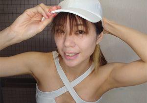 健康的でスタイルの良いモデルさんの引き締まったワキの下に挟まれたい