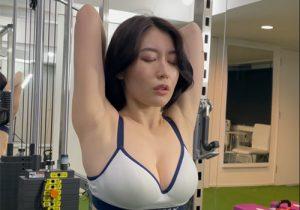 常にワキの下が丸出しな恥ずかしい格好のままトレーニングする恵体美女